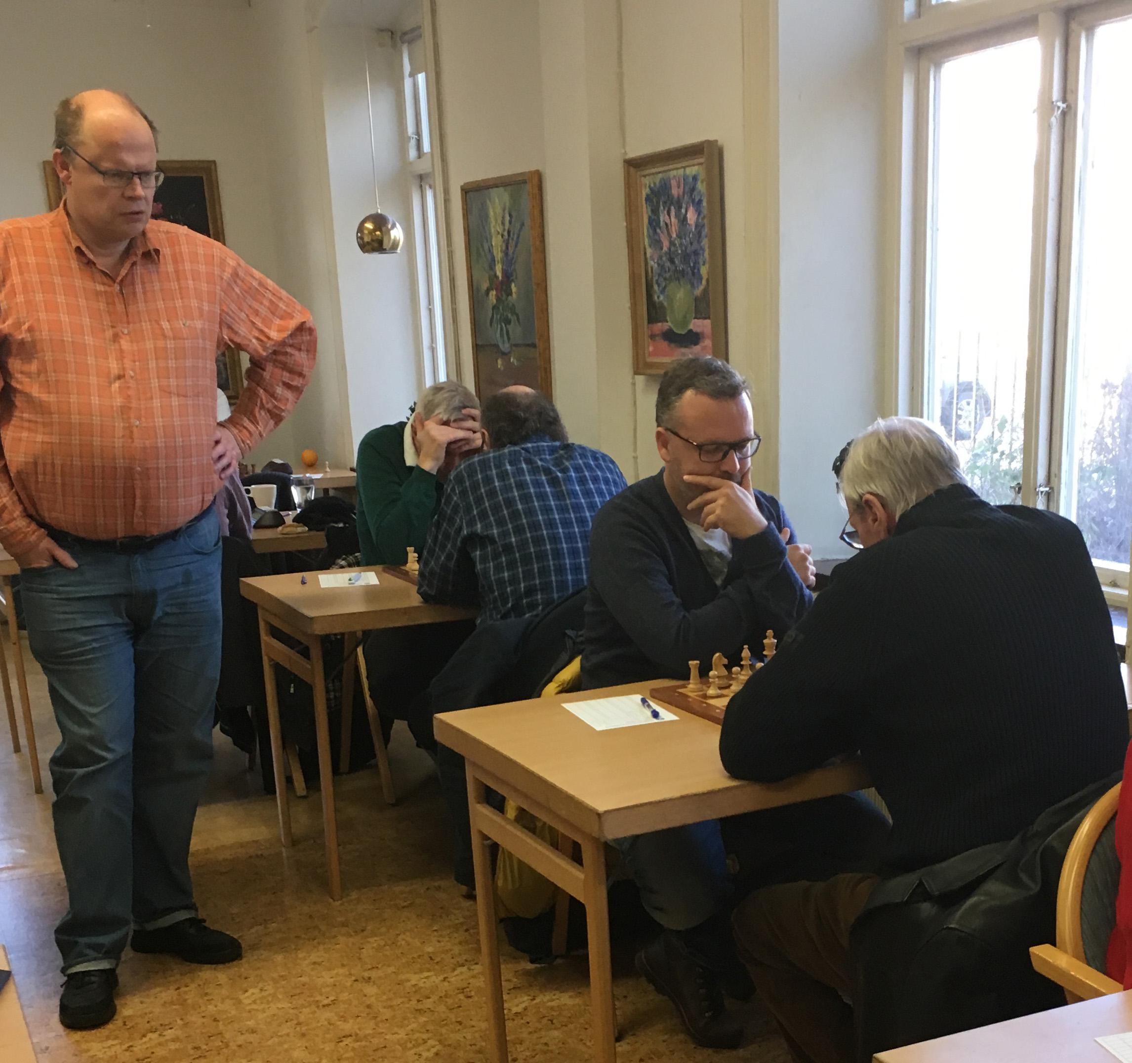 Bent Svensson studerar öppningen mellan Anton Åberg (vit) och Leif Svensson
