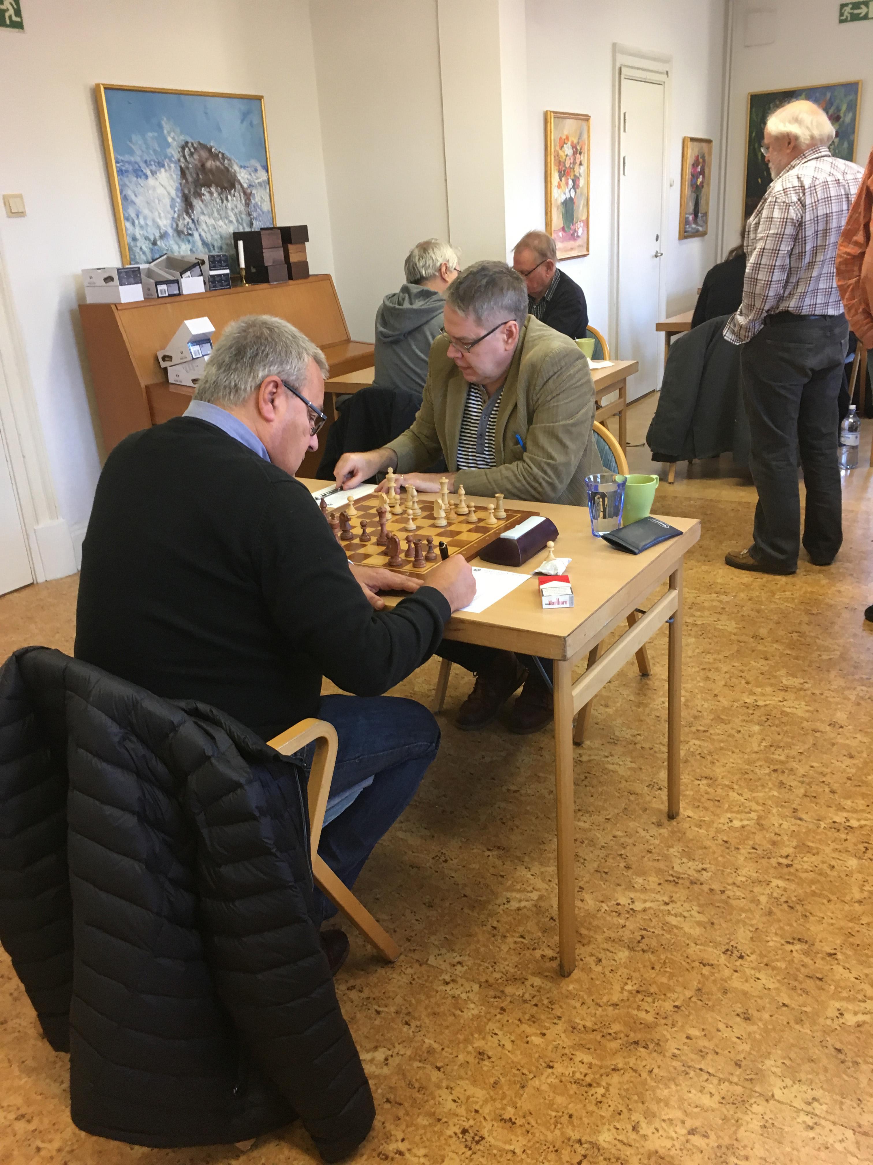 Lennart Fransson i svart mot A-gruppens ledare Gösta Svenn
