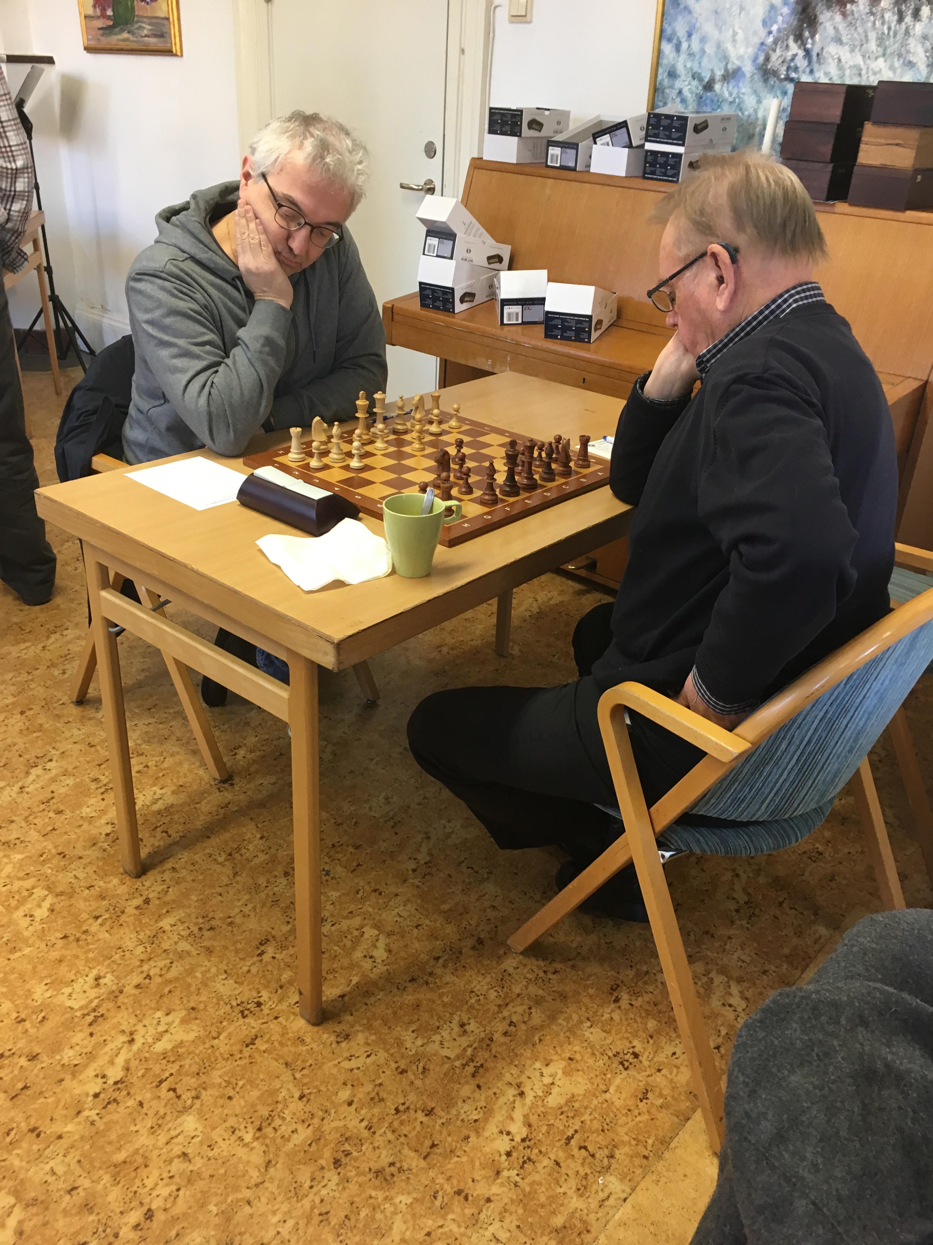 Georg Lappas med de vita pjäserna mot Bertil Westergren
